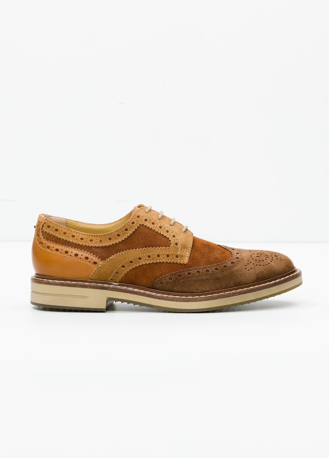 Zapato Sport Wear color marrón. Combinación de serraje y piel con troquelado.