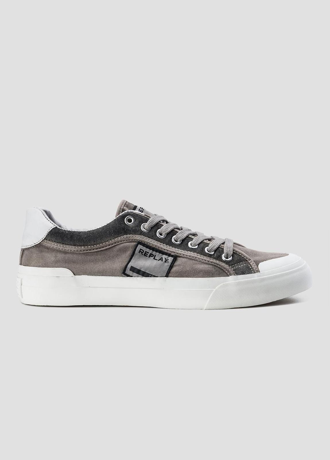 Calzado sport modelo DAWSON con cordones color gris. 100% Algodón.