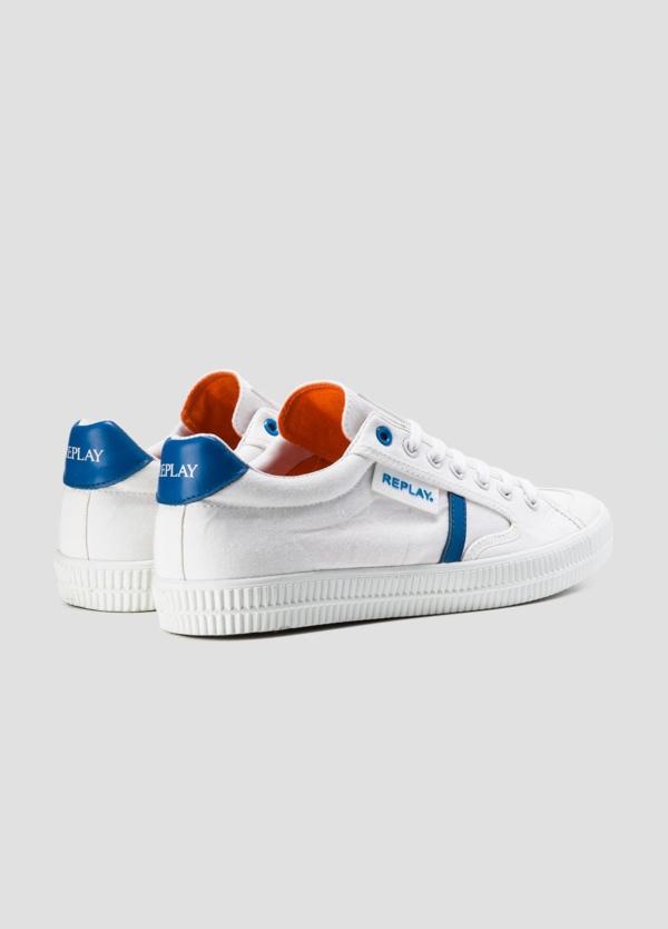 Calzado sport modelo MOSCOW con cordones color blanco con detalle azul. 100% Lona. - Ítem1