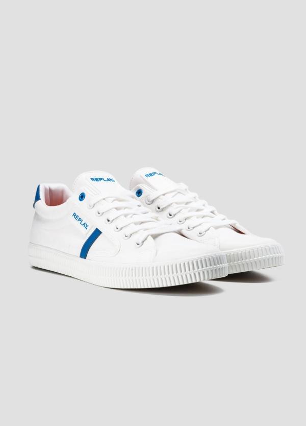 Calzado sport modelo MOSCOW con cordones color blanco con detalle azul. 100% Lona. - Ítem2
