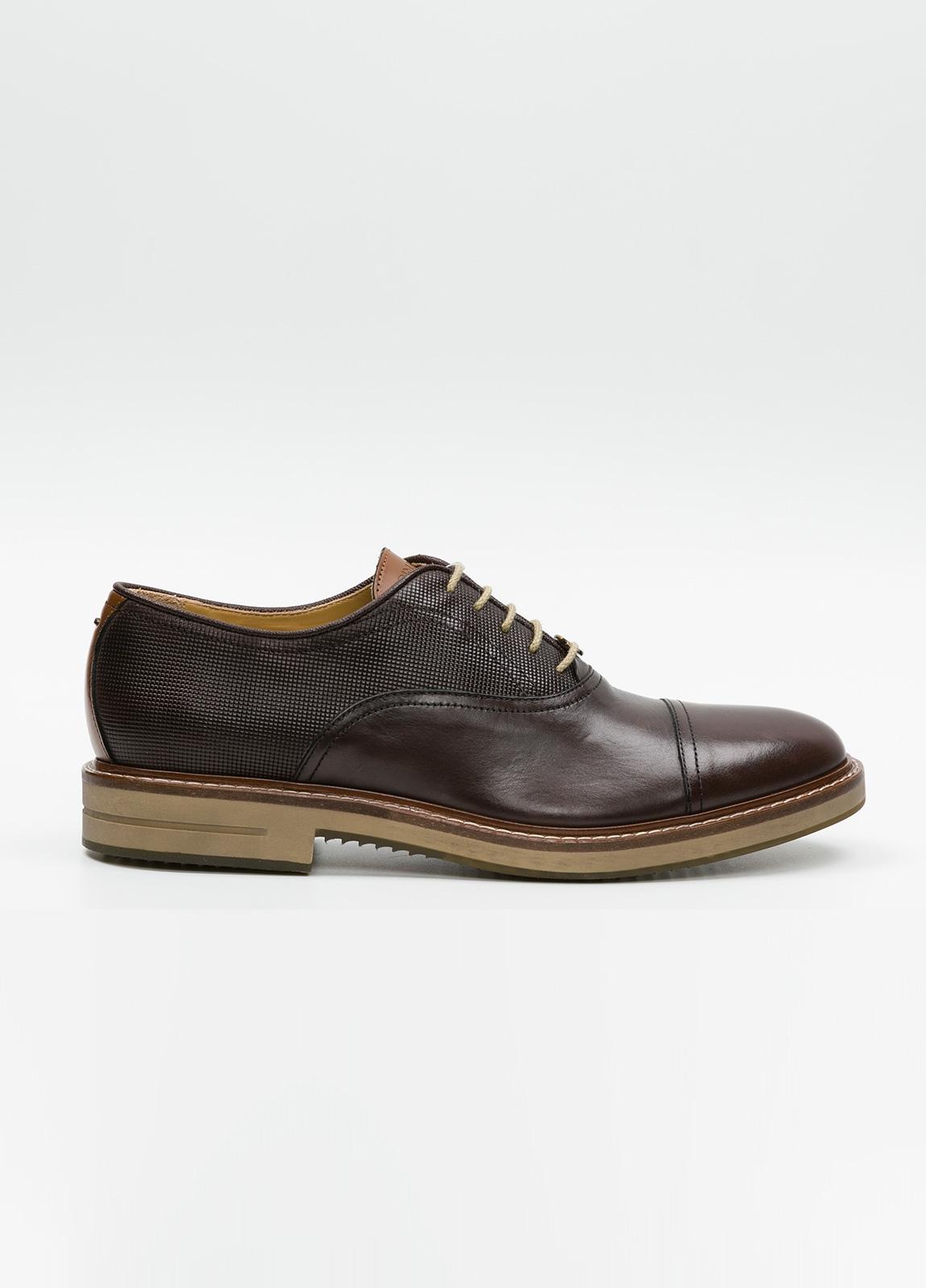 Zapato Formal Wear con cordones color marrón combinación de piel lisa y grabada. 100% Piel.