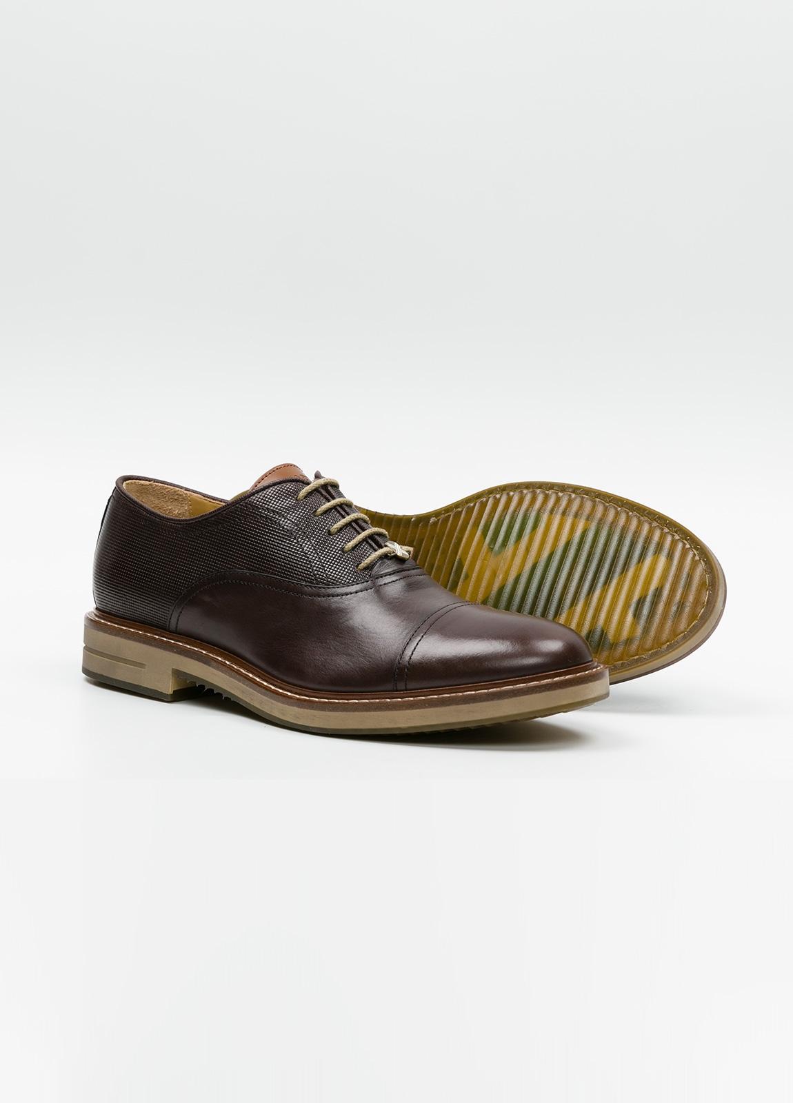 Zapato Formal Wear con cordones color marrón combinación de piel lisa y grabada. 100% Piel. - Ítem3