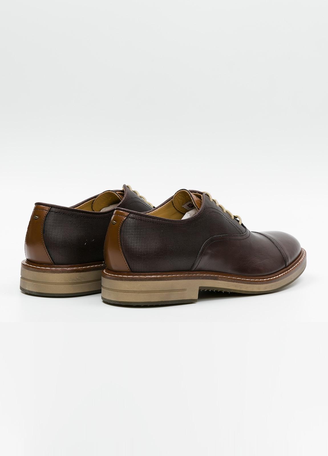 Zapato Formal Wear con cordones color marrón combinación de piel lisa y grabada. 100% Piel. - Ítem1