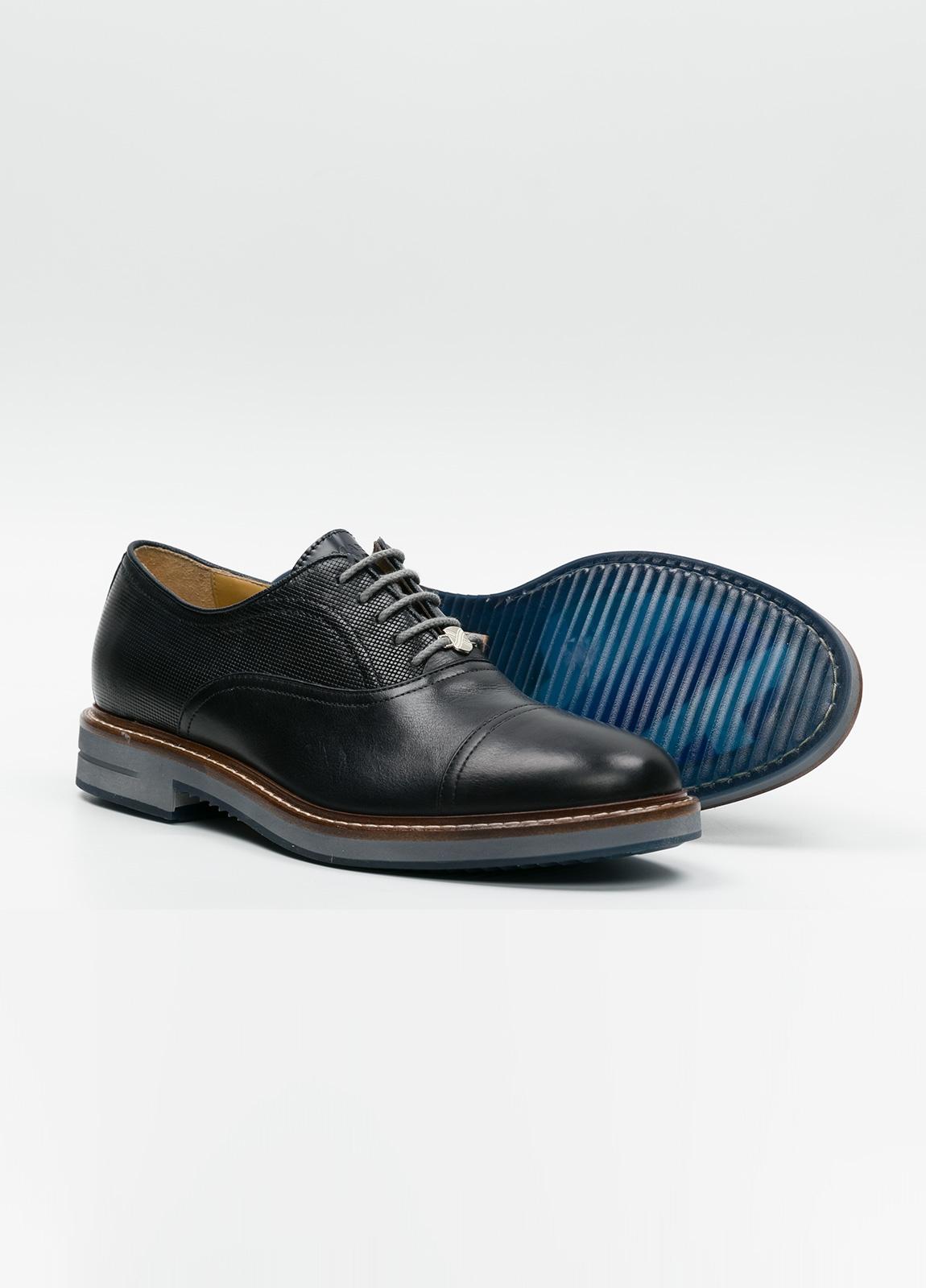 Zapato Formal Wear con cordones color marrón oscuro combinación de piel lisa y grabada. 100% Piel. - Ítem3