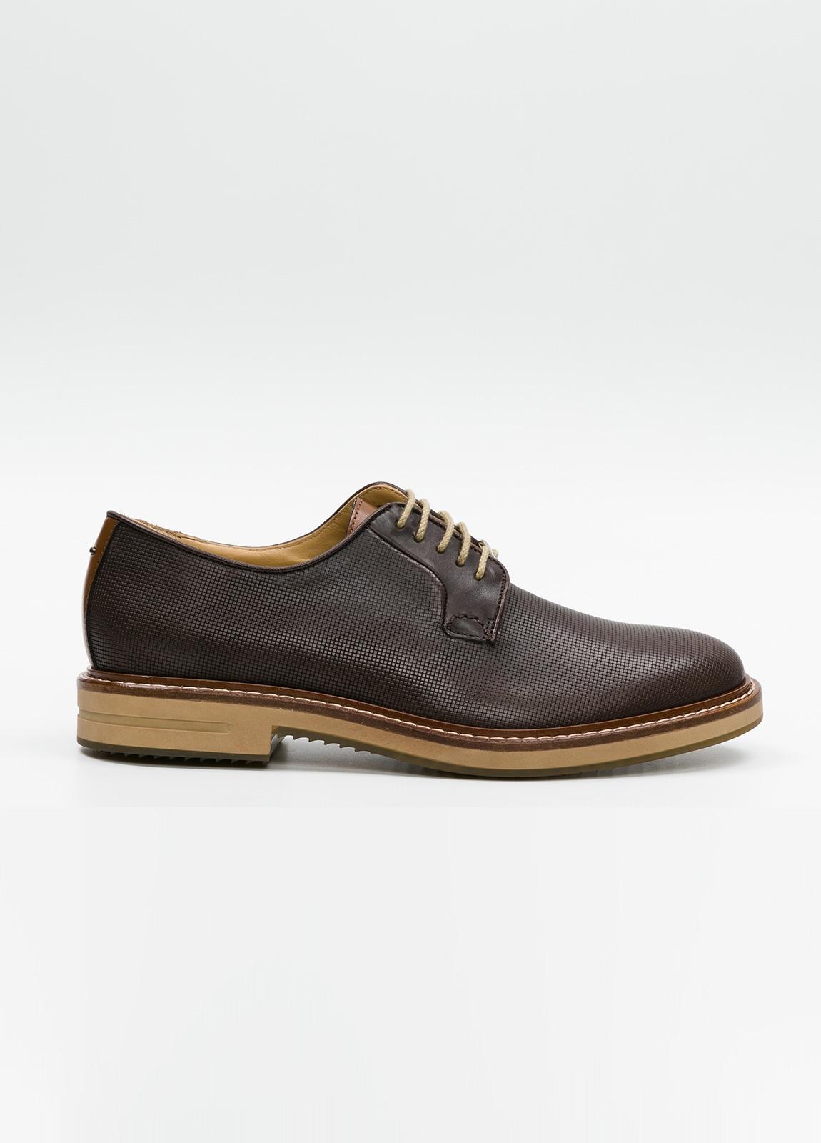 Zapato Formal Wear con cordones color marrón. 100% Piel grabada.
