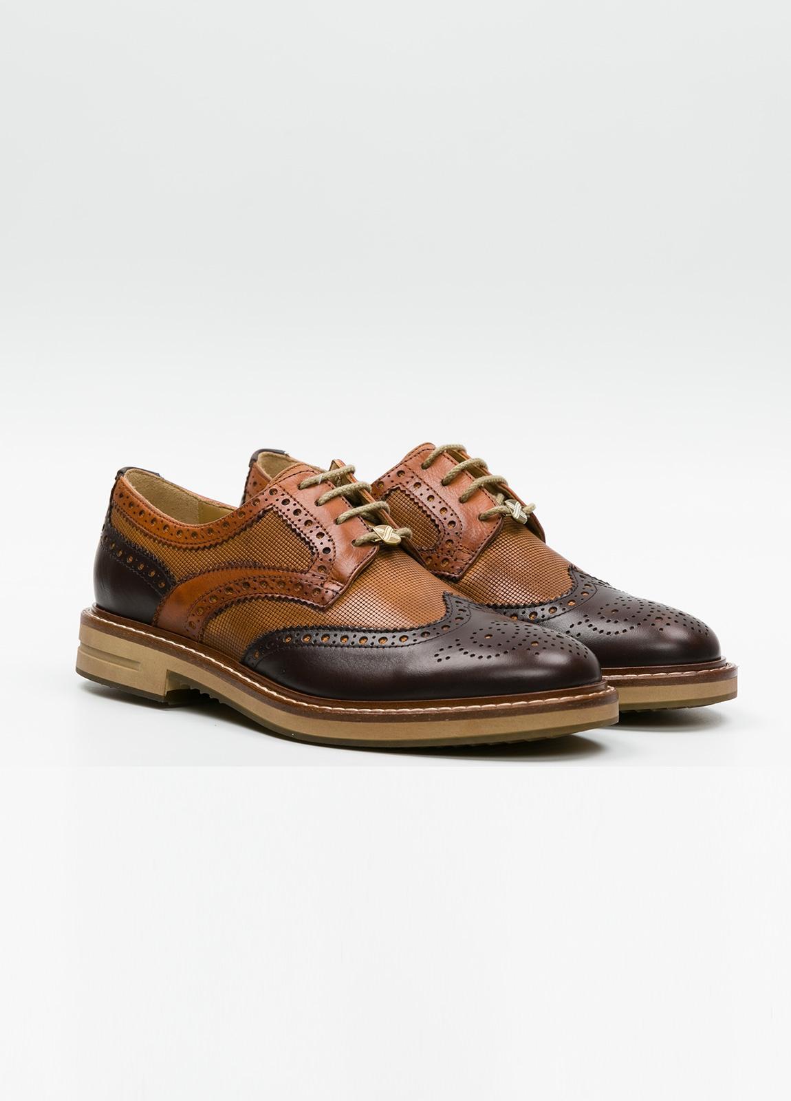 Zapato Formal Wear con cordones con detalles troquelados y combinación de piel lisa color marrón y piel grabada color cognac. 100% piel. - Ítem2
