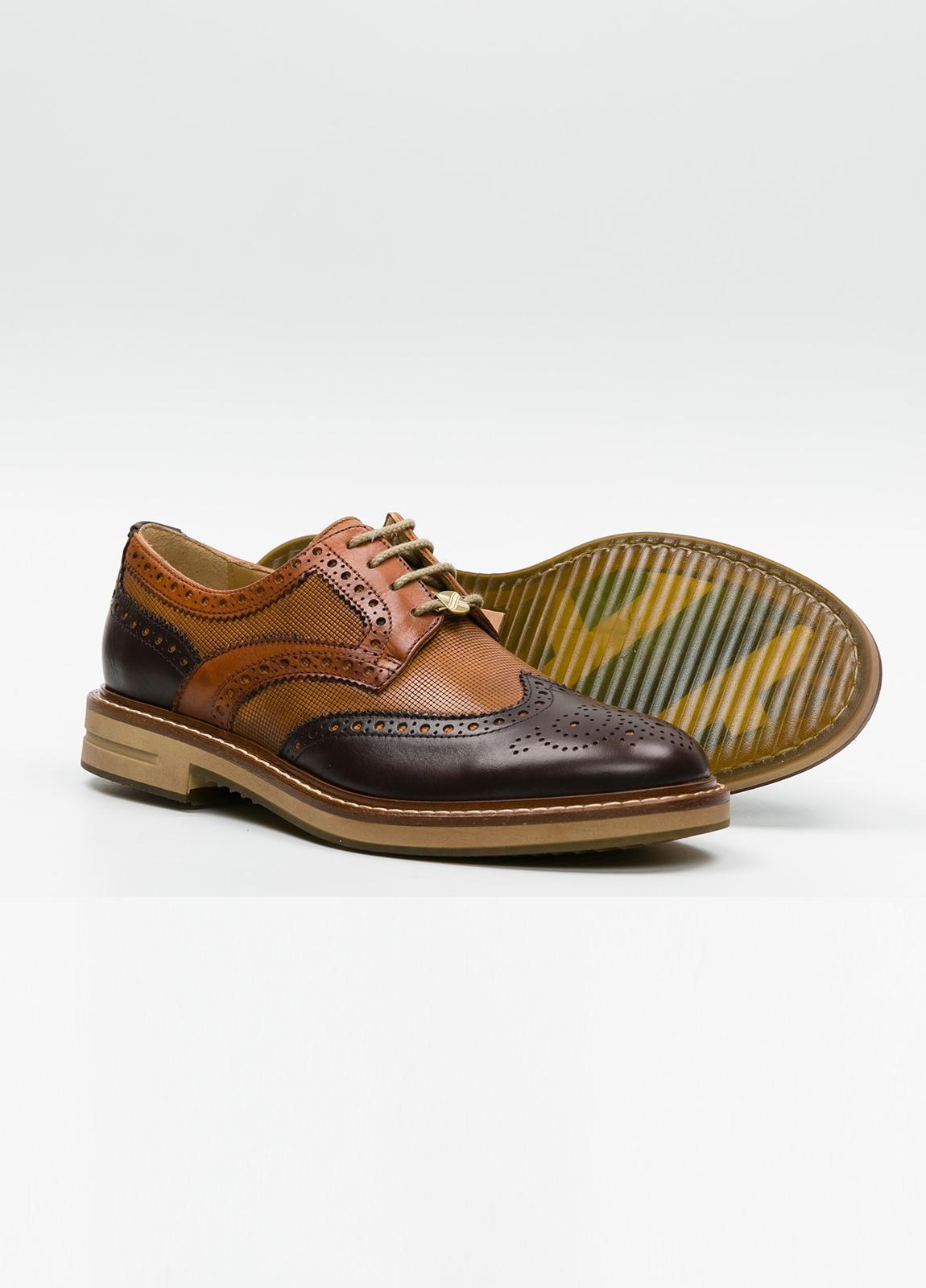 Zapato Formal Wear con cordones con detalles troquelados y combinación de piel lisa color marrón y piel grabada color cognac. 100% piel. - Ítem3