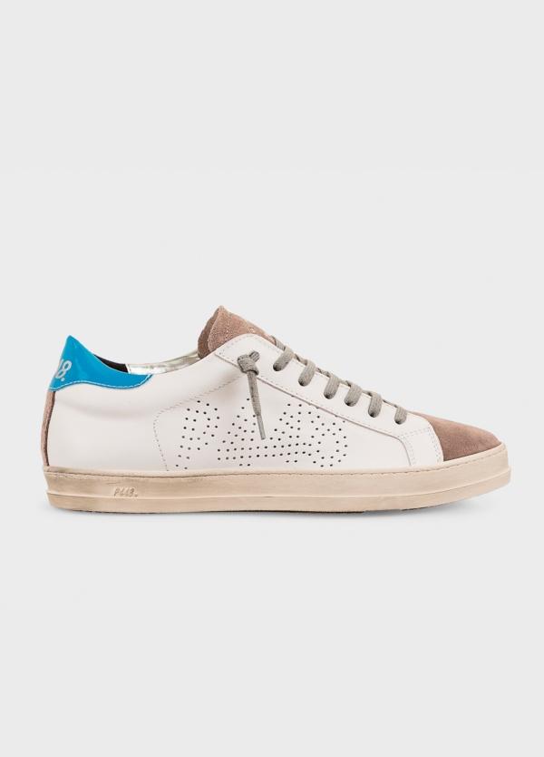 Calzado sport modelo JOHN color blanco con detalle azul. Combinación de piel y serraje.