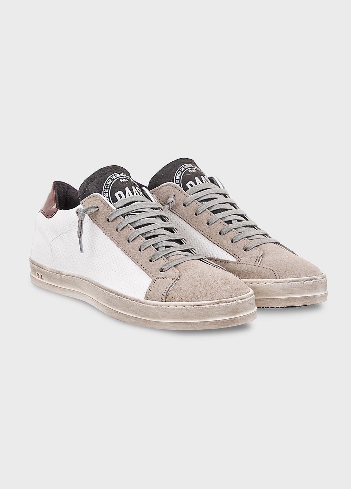 Calzado sport modelo JOHNMX color blanco con detalle granate. Combinación de piel perforada y serraje. - Ítem2