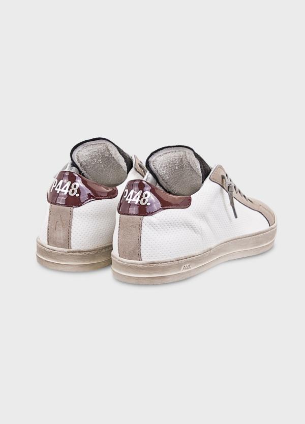 Calzado sport modelo JOHNMX color blanco con detalle granate. Combinación de piel perforada y serraje. - Ítem1