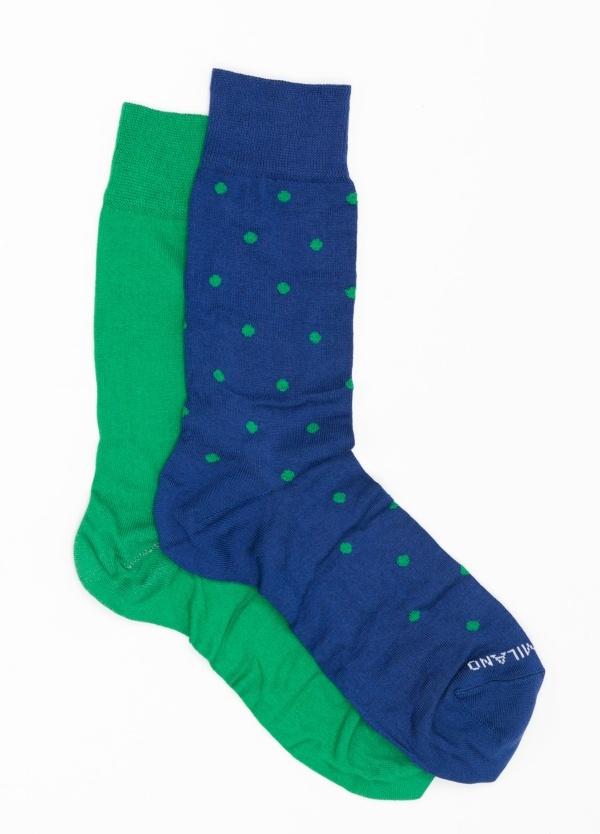 Calcetín corto color azul medio con topito verde y pareja es color verde liso, Algodón.