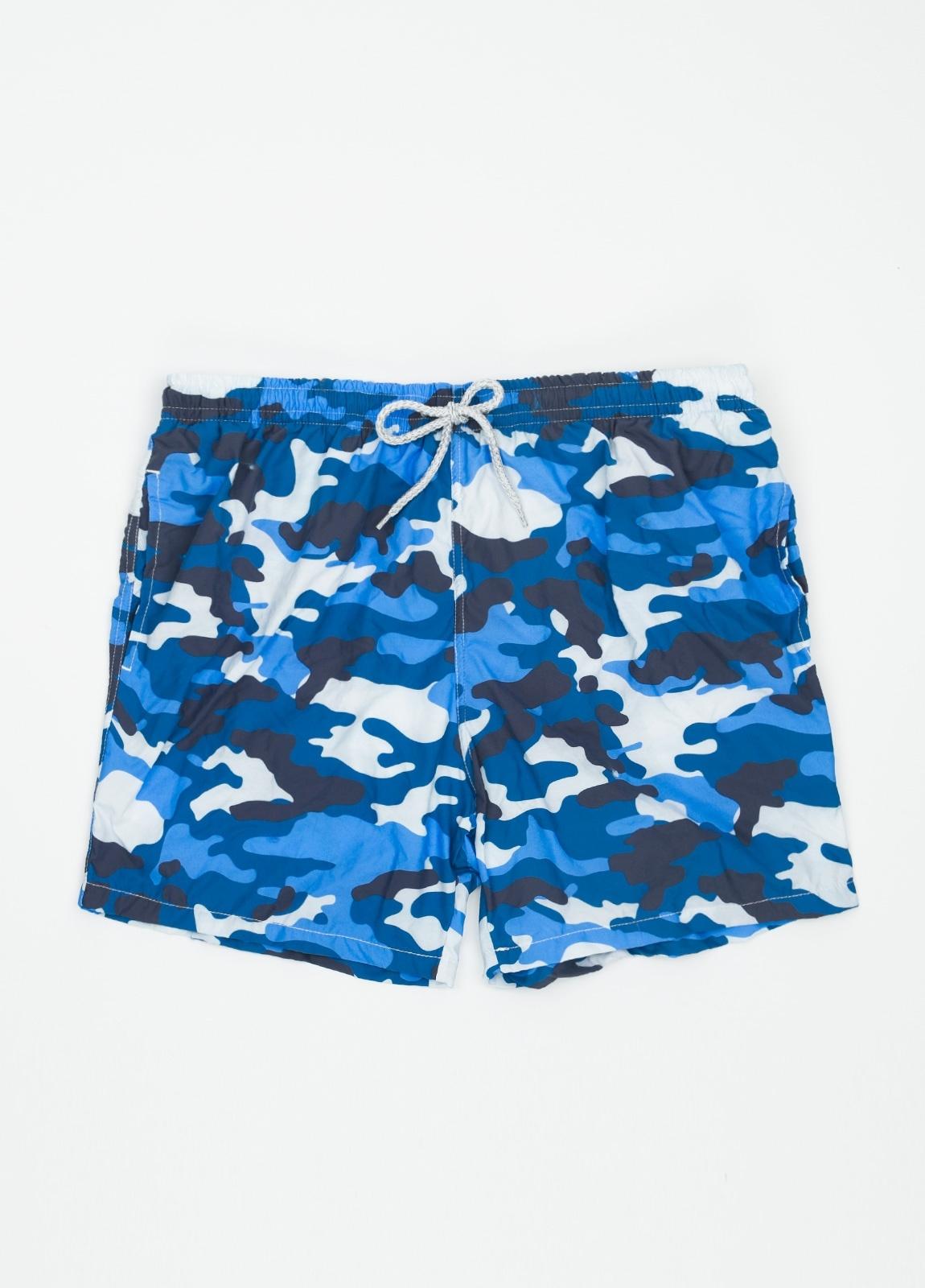 Bañador con estampado de camuflaje color azul medio.