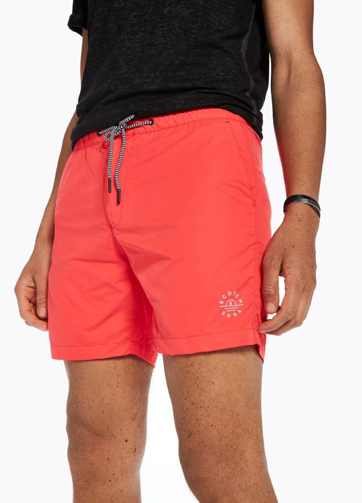 Bañador liso color coral con logo impreso. 100% Poliéster. - Ítem2
