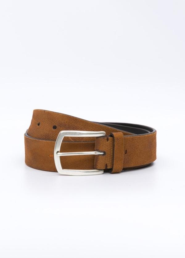 Cinturón Sport grabado color cognac, 100% Serraje.
