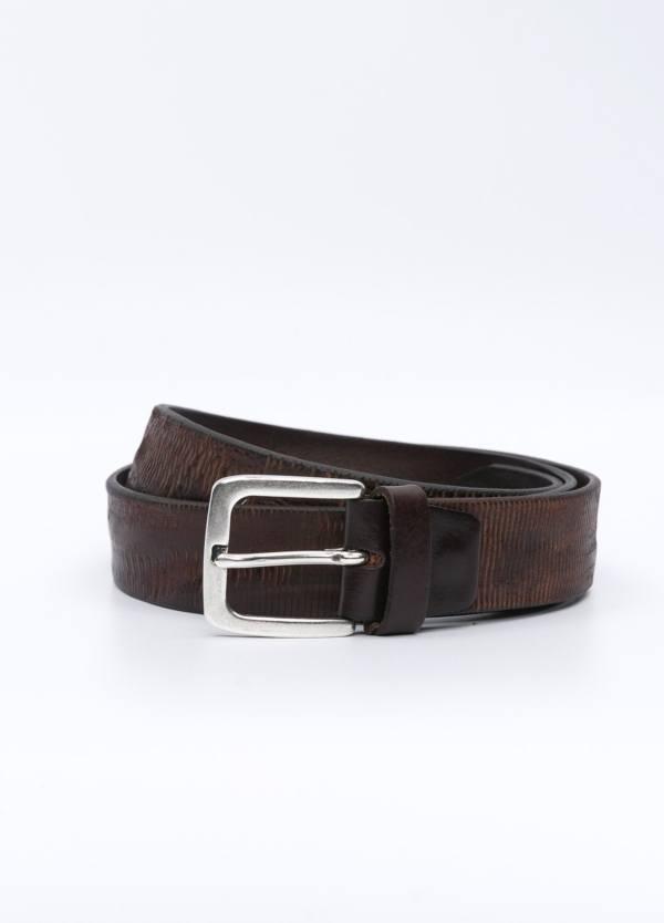 Cinturón sport piel grabada color marrón. 100% Piel.