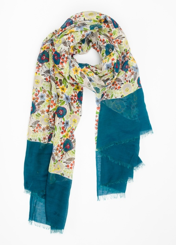 Foulard estampado, color azul. Modelo 110 X 190 cm. 70% Algodón 30% Seda.
