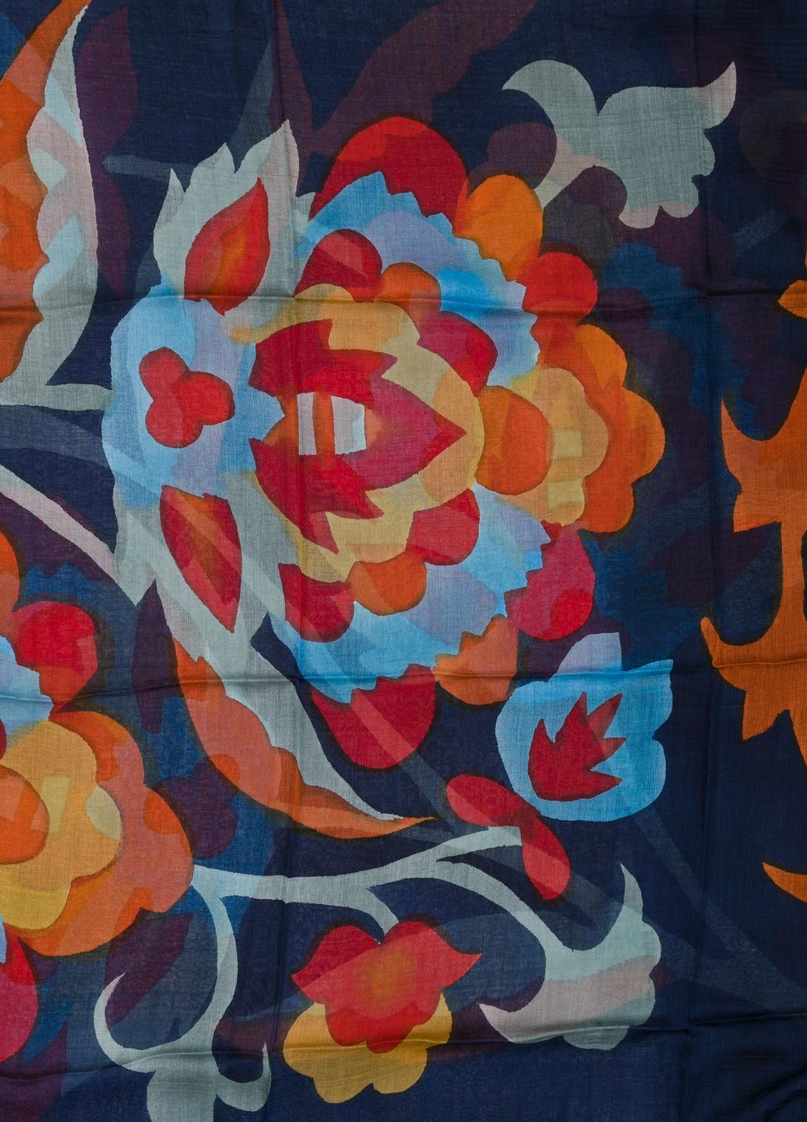 Foulard estampado floral color azul marino modelo MARGHERITA 100 x 190 cm. 70% Modal 30% Seda. - Ítem1