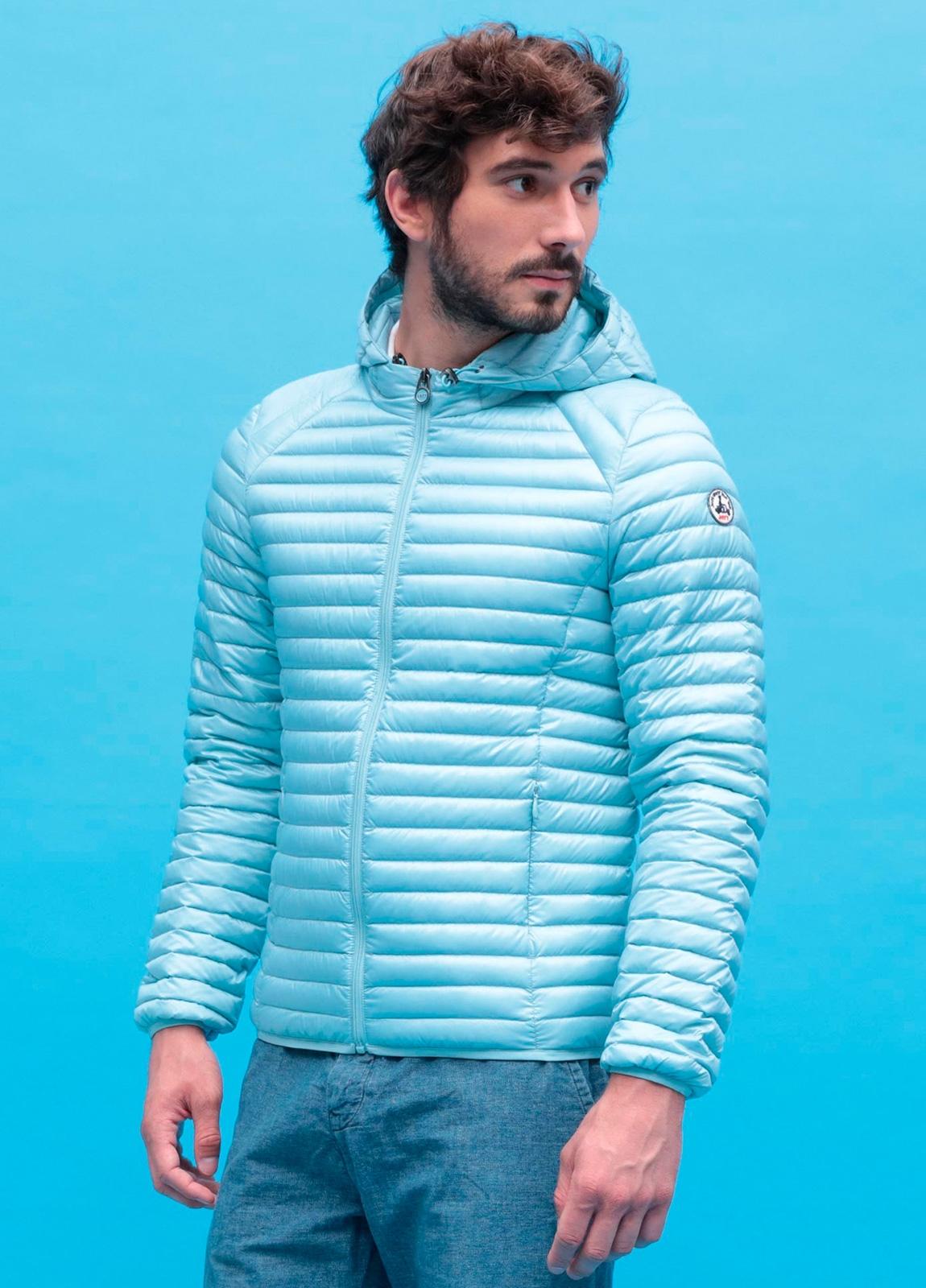Chaqueta ligera hombre con capucha modelo LEON color azul con bolsa para transporte incluida.