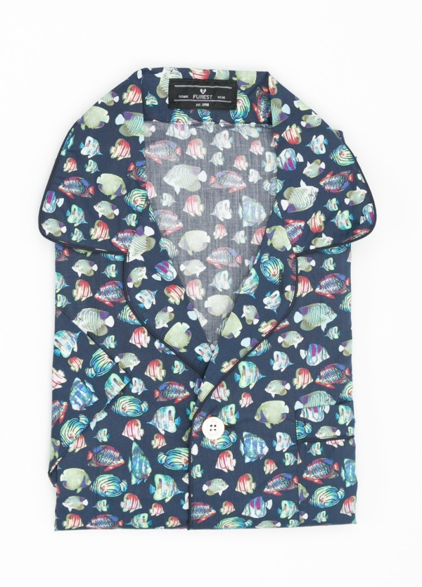 Pijama CORTO dos piezas, pantalón corto con cinta no elástica y funda incluida color azul marino con estampado de peces. 100% Algodón.