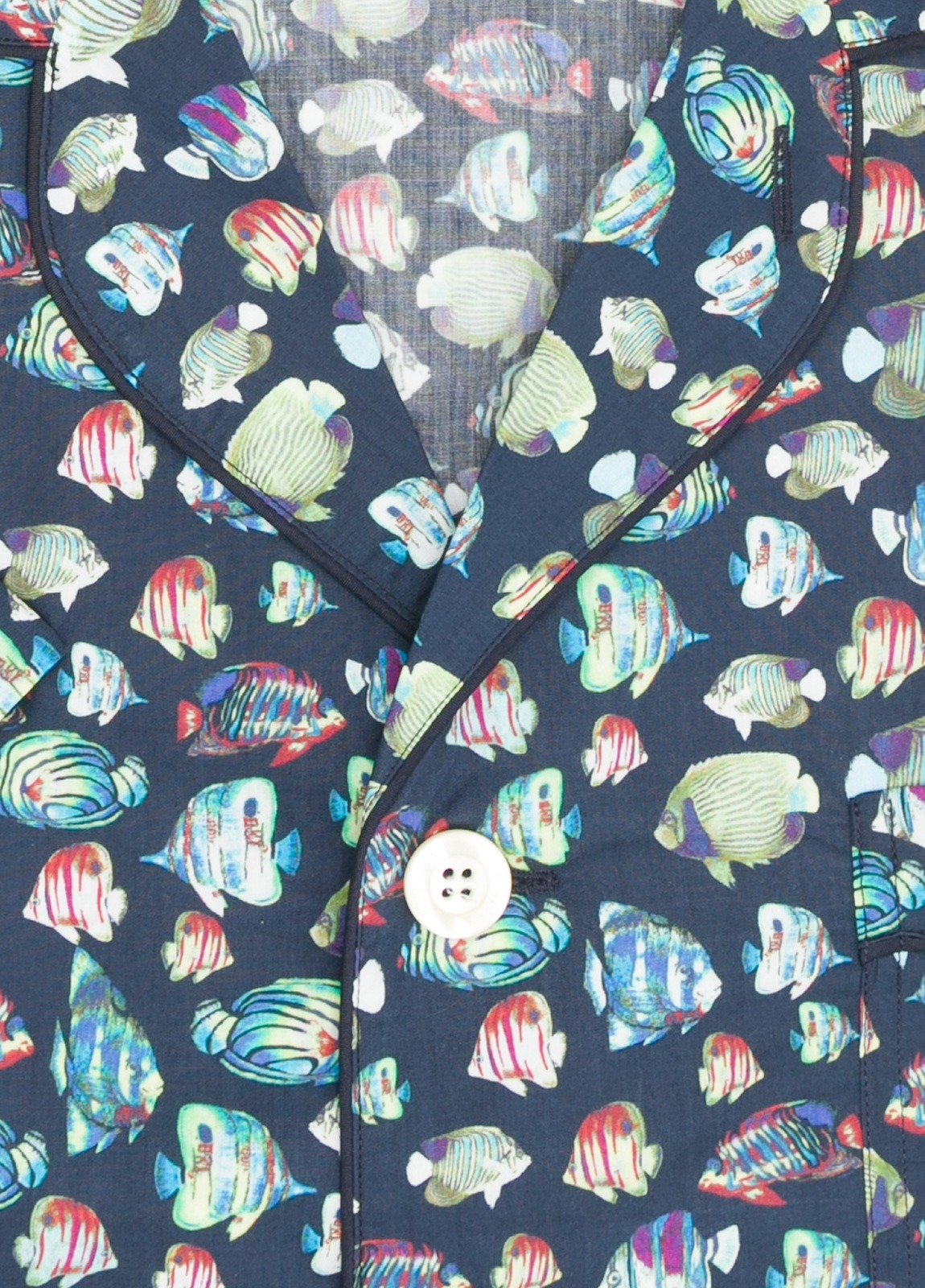 Pijama CORTO dos piezas, pantalón corto con cinta no elástica y funda incluida color azul marino con estampado de peces. 100% Algodón. - Ítem1