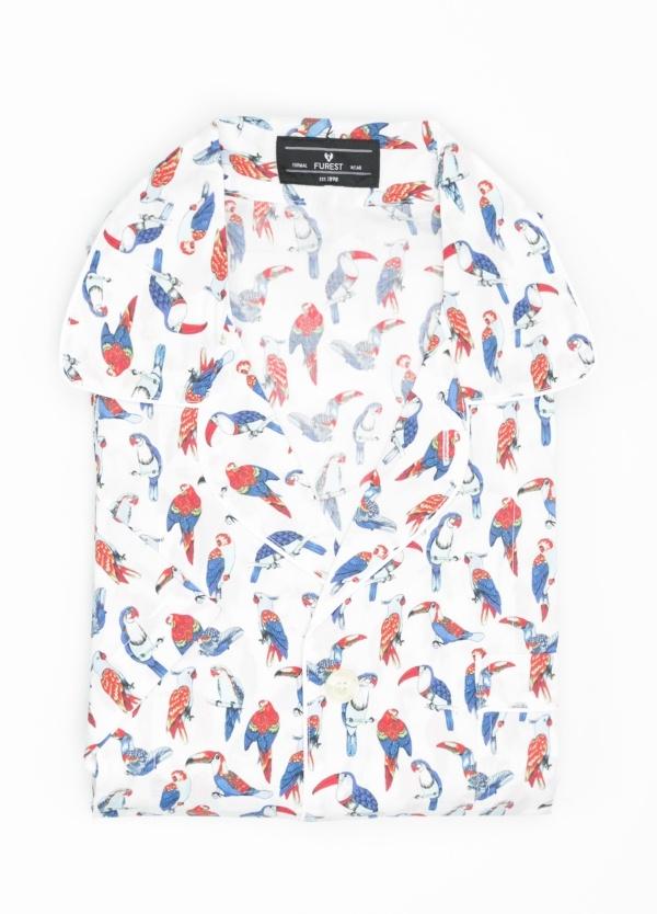 Pijama CORTO dos piezas, pantalón corto con cinta no elástica y funda incluida color blanco con estampado de loros. 100% Algodón.