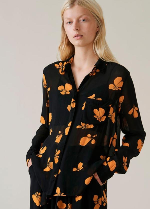 Camisa larga transparente color negro con estampado floral. 100% Viscosa.