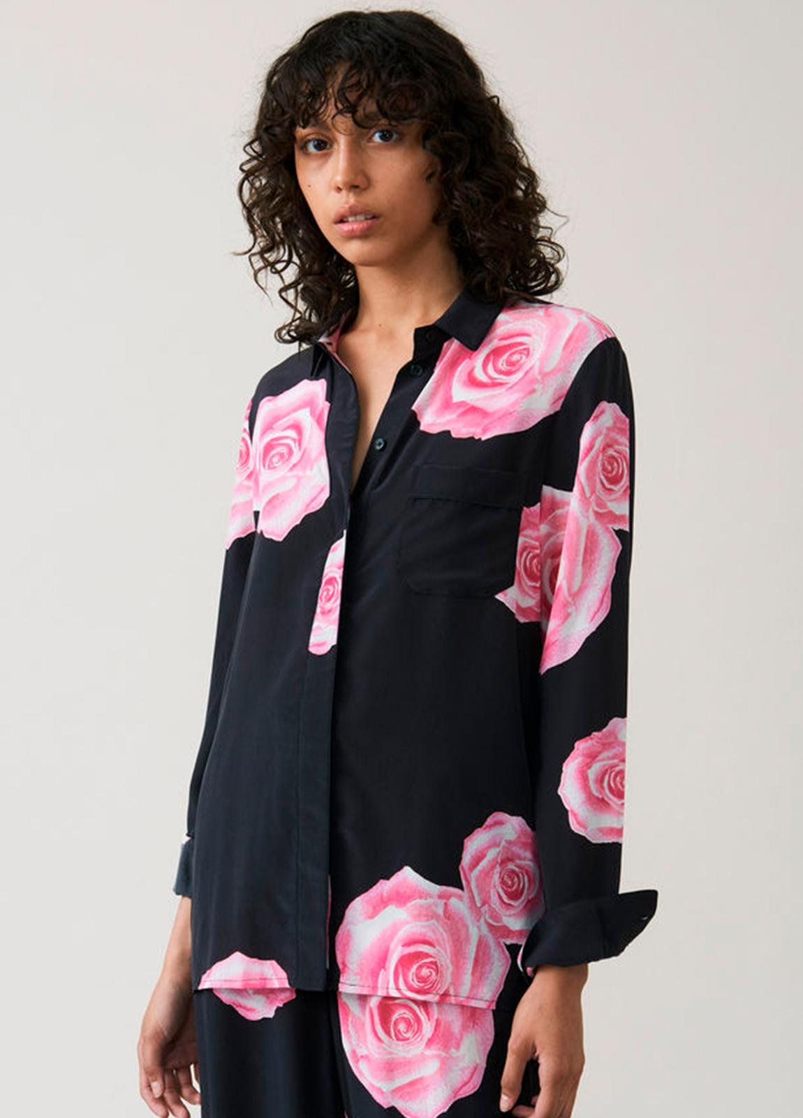Camisa color negro con estampado floral,100% Seda.