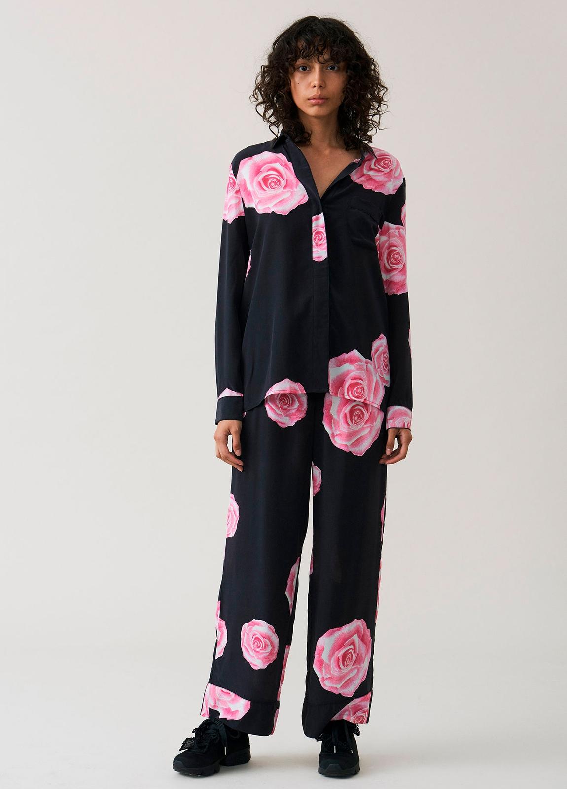 Camisa color negro con estampado floral,100% Seda. - Ítem1