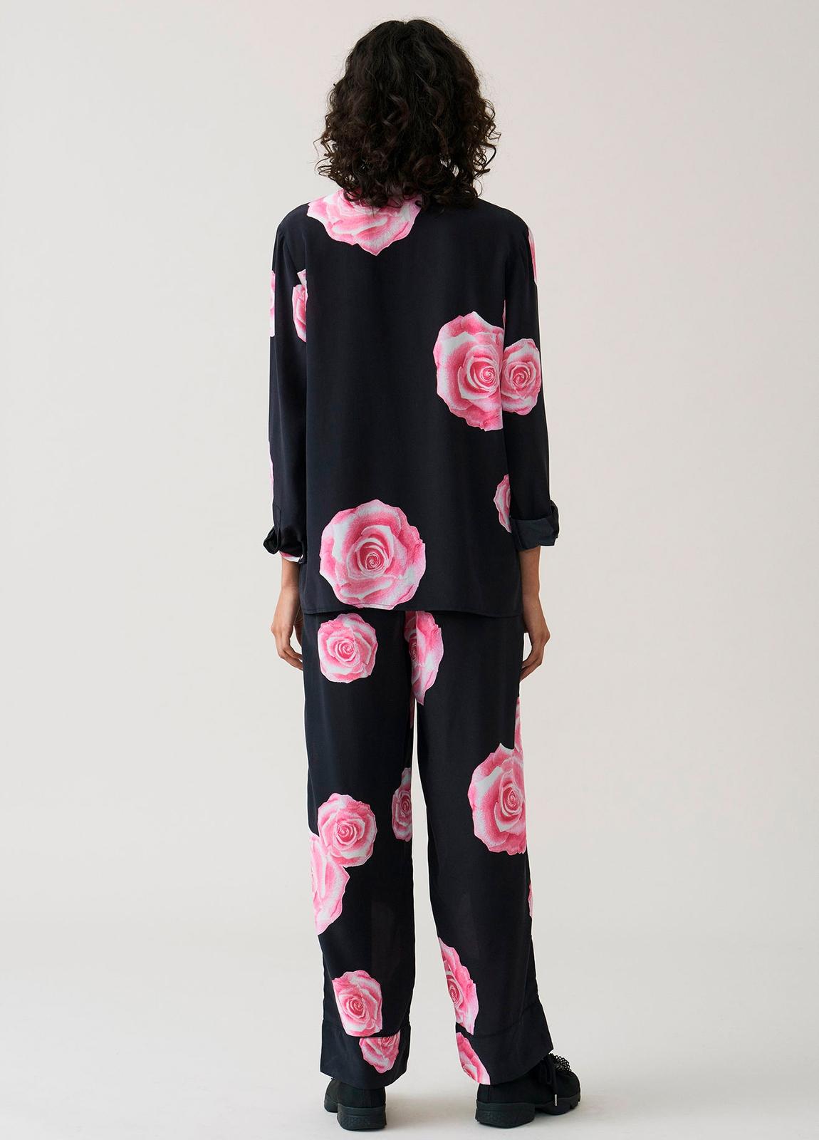 Camisa color negro con estampado floral,100% Seda. - Ítem2
