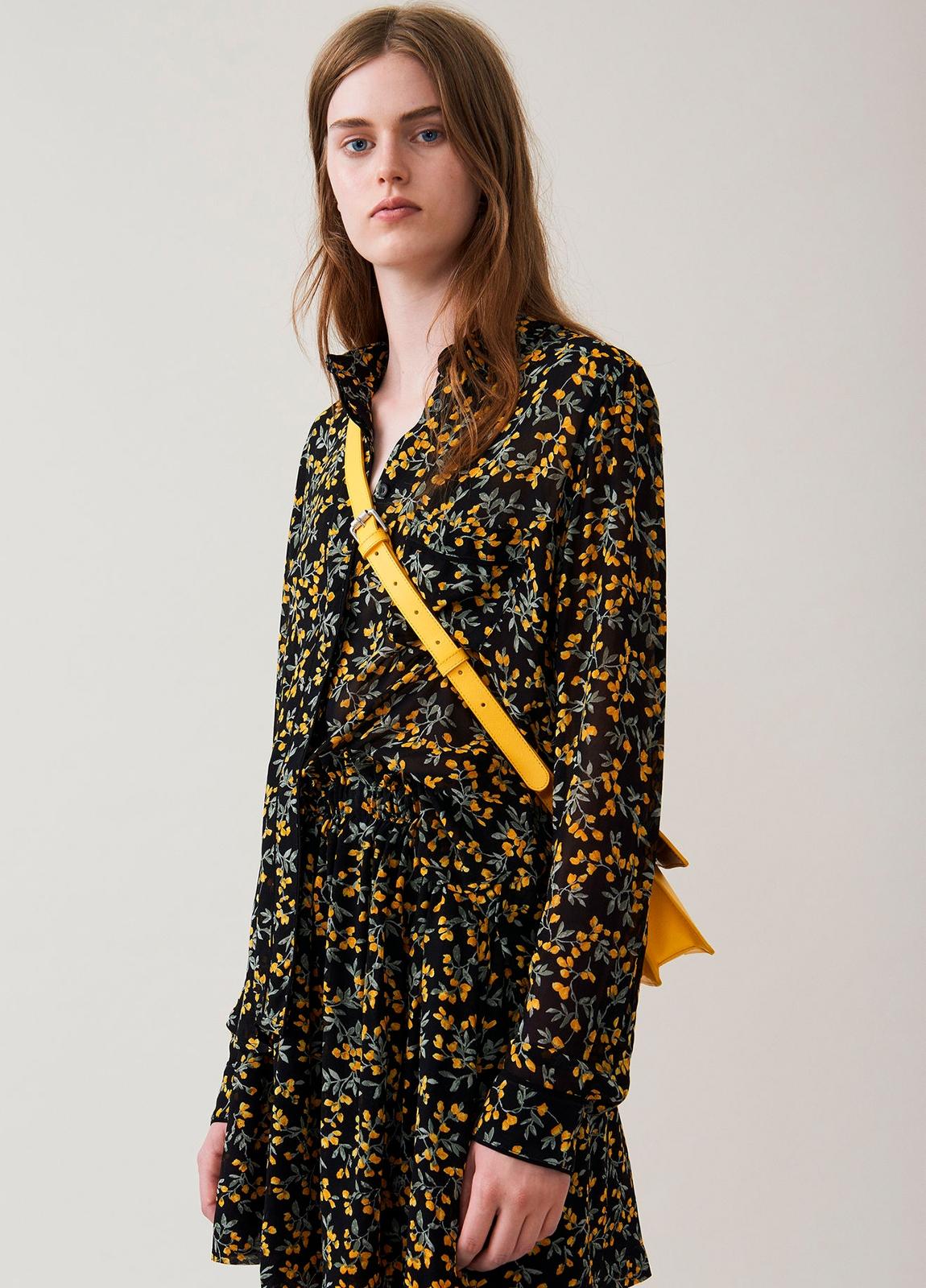 Camisa transparente color negro con estampado floral,100% Viscosa.