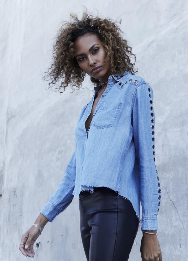 Camisa woman manga larga, color azul denim con detalle ojales de metal en mangas y cuello. 70% tencel 30% lino.