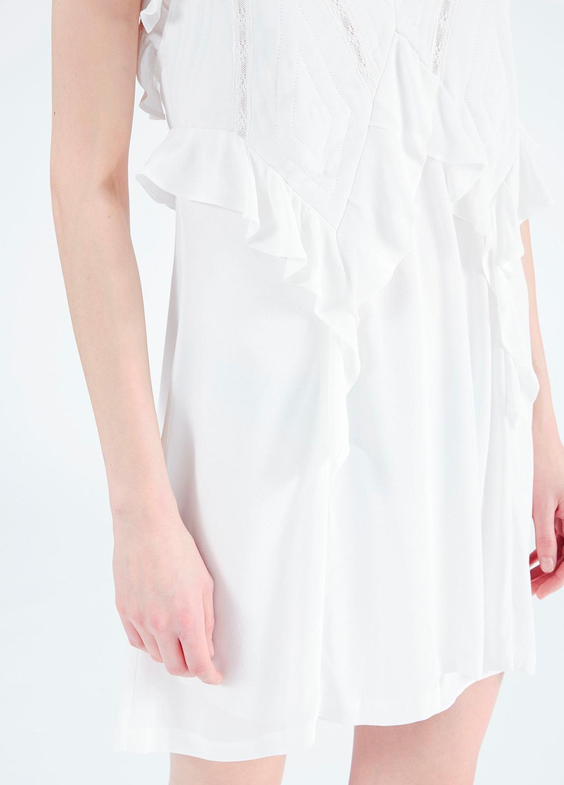 vestido de tirantes y cuello pico con bordes de encaje y detalle de volantes, color blanco. 53% Viscosa 47% Rayón. - Ítem3