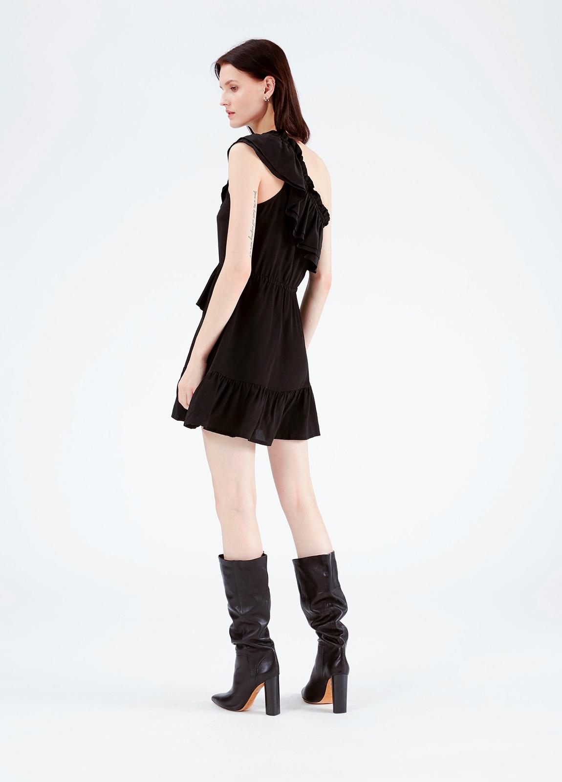 Vestido con hombro descubierto y volantes superpuestos, color negro. 100% seda. - Ítem2
