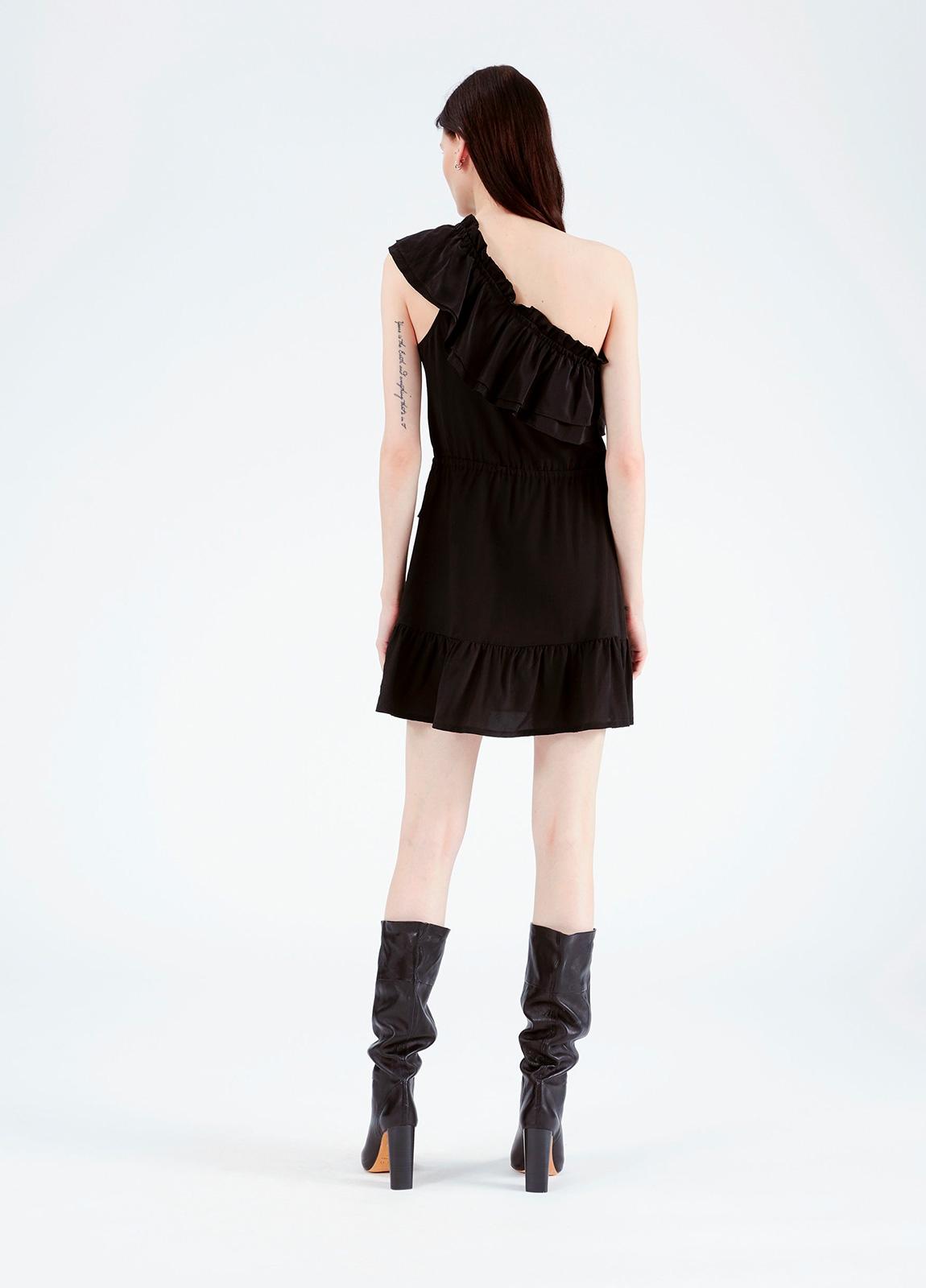 Vestido con hombro descubierto y volantes superpuestos, color negro. 100% seda. - Ítem1