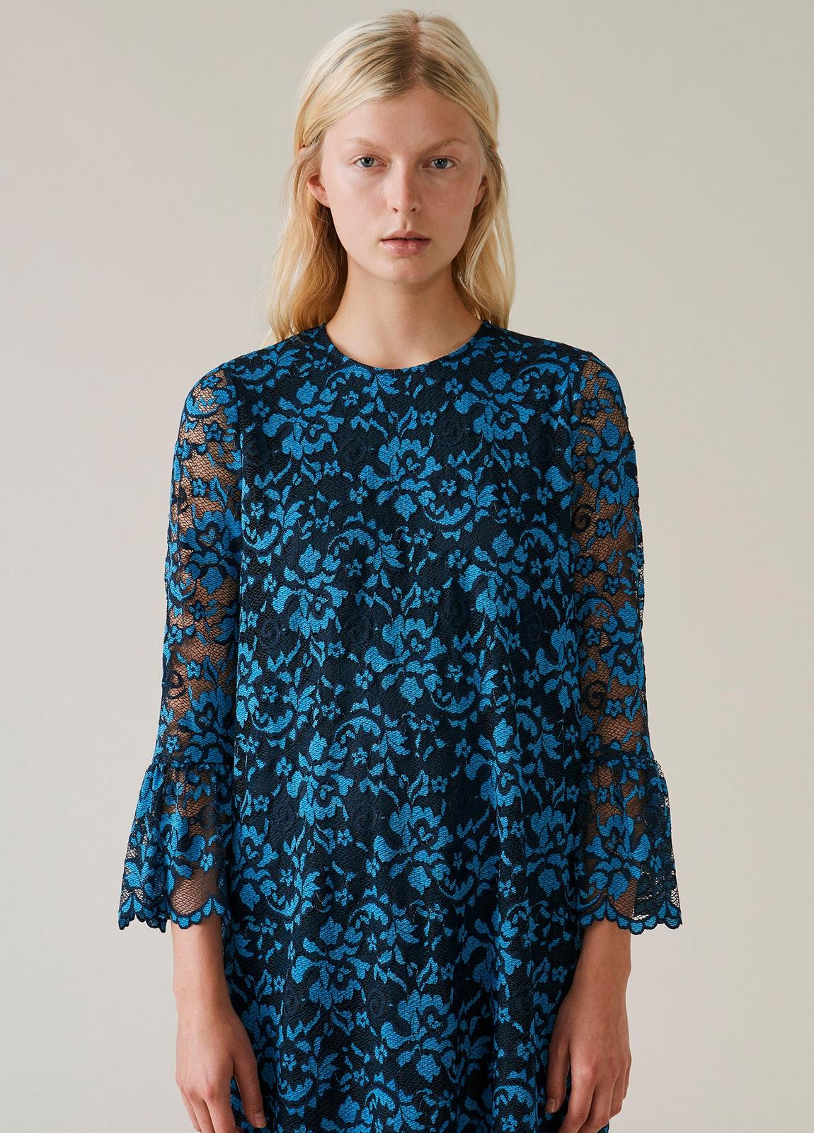 Vestido de encaje color azul con manga acampanada. 67% Poliamida 30% Viscosa 3% Elastáno. - Ítem2