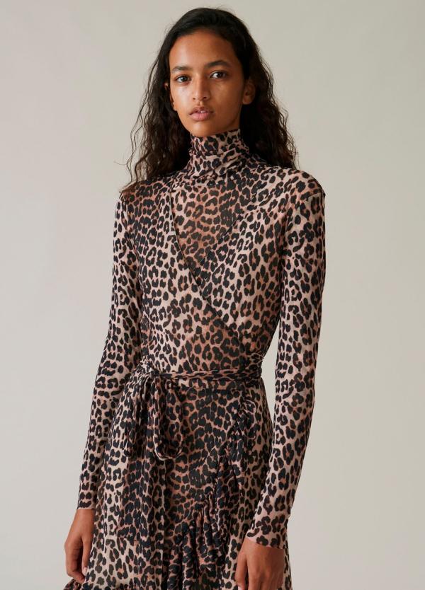 Vestido corto cruzado con cinturón y estampado animal print. 100% Poliamida.