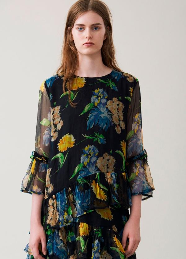 Vestido corto con volantes color negro con estampado floral. 100% Viscosa.