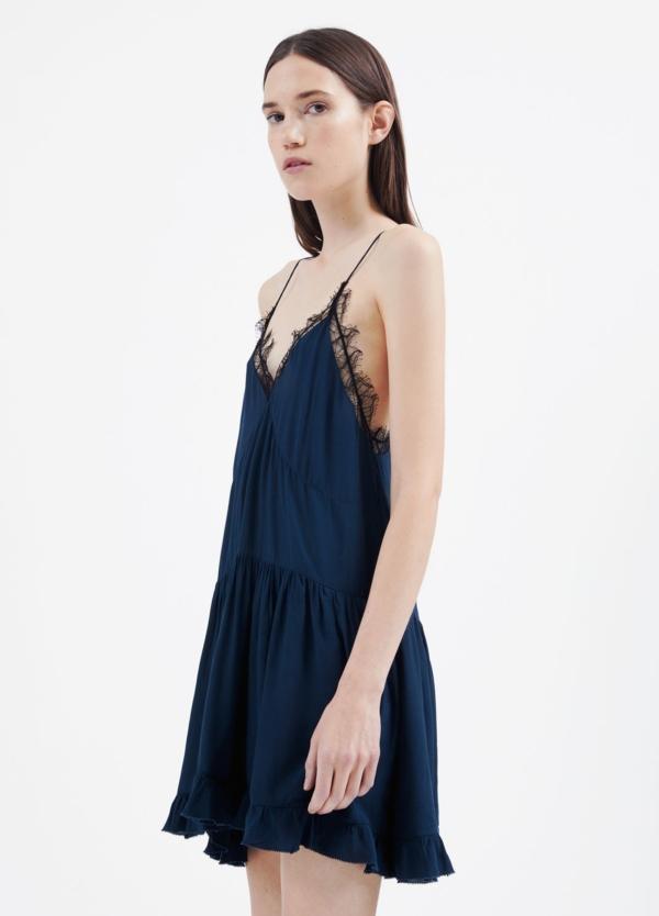 Vestido de tirantes color azul con detalle de encaje. 100% Viscosa.