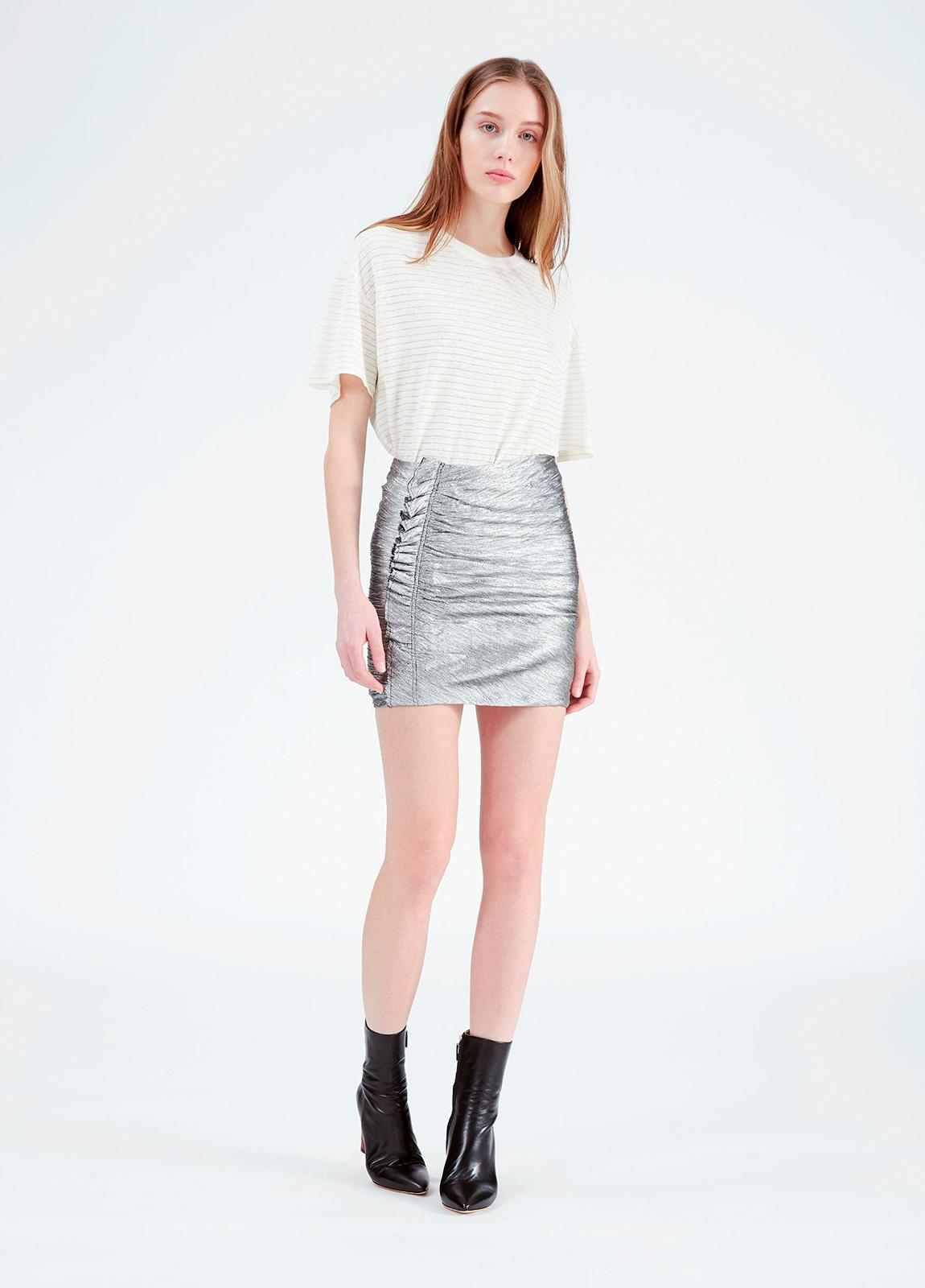 Minifalda color gris metalizado con detalle de volantes. 70% Poliéster. 30% Viscosa.