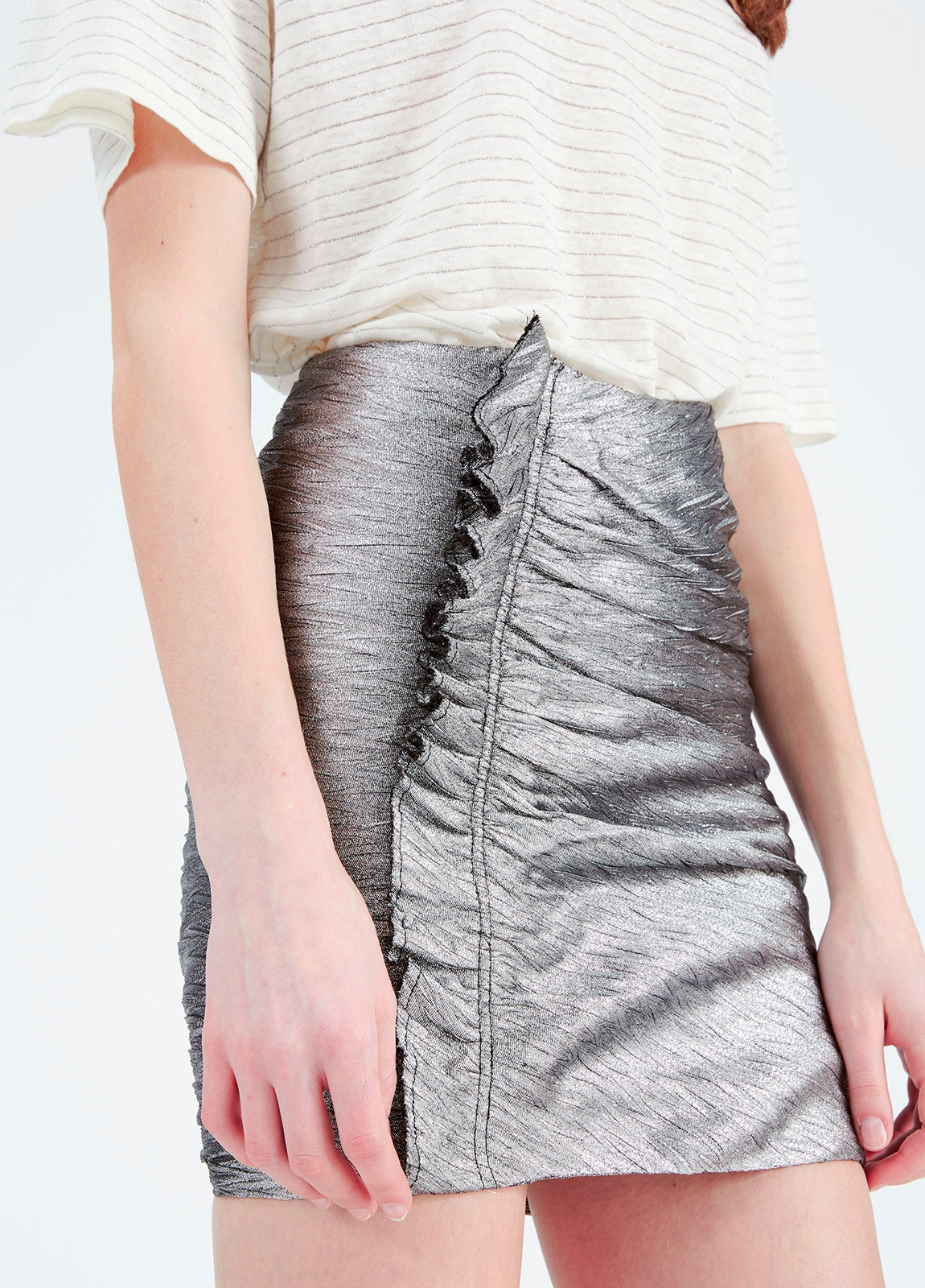 Minifalda color gris metalizado con detalle de volantes. 70% Poliéster. 30% Viscosa. - Ítem3