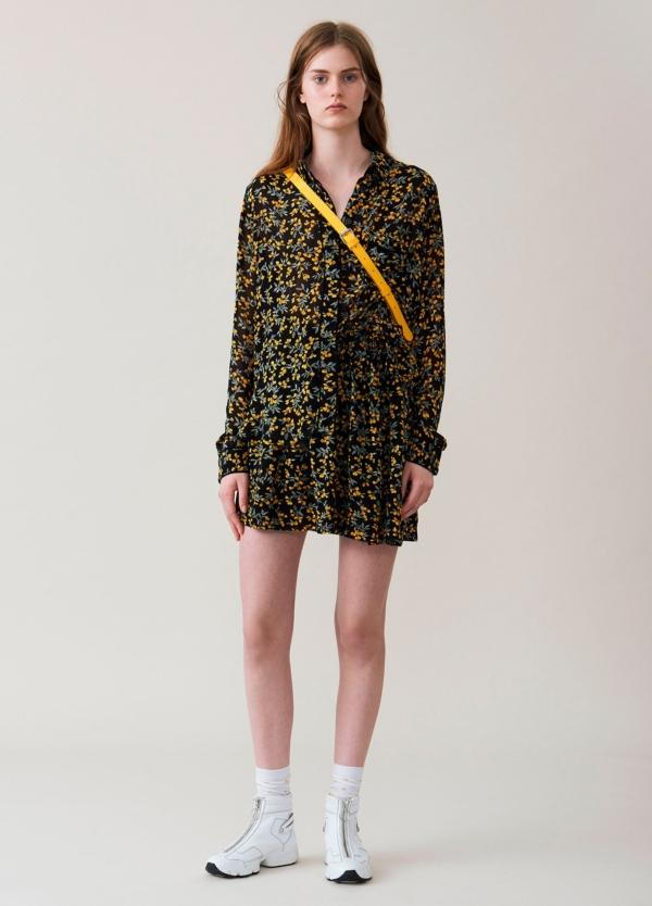 Falda corta plisada con cintura elástica color negro con estampado floral. 100% Viscosa.