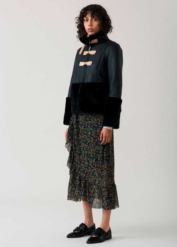 Falda larga con volantes color negro con estampado floral. 100% Poliamida.