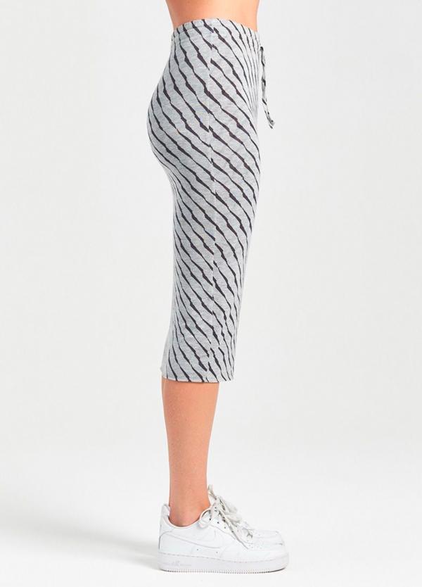 Falda tubo color gris con estampado animal print. 94% Lyocell 6% Elastáno.