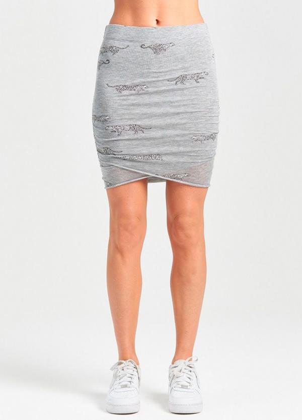 Falda corta asimétrica color gris con estampado de leopardos. 94% Lyocell 6% Elastáno.