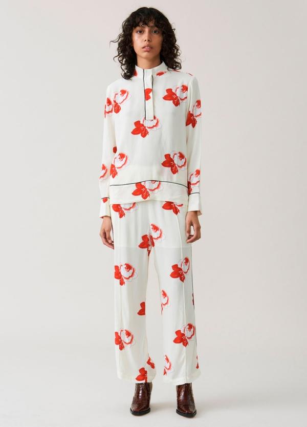 Pantalón ancho color crudo con cintura elástica y estampado floral. 100% Viscosa.