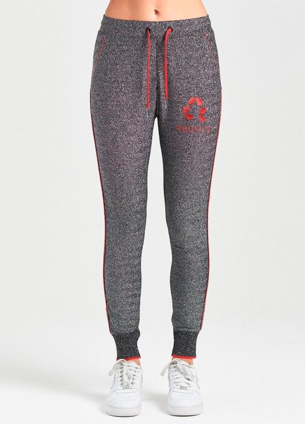 Pantalón jogging slim fit color gris con ribete lateral rojo. 55% Viscosa 42% Poliéster 3% Elastáno.