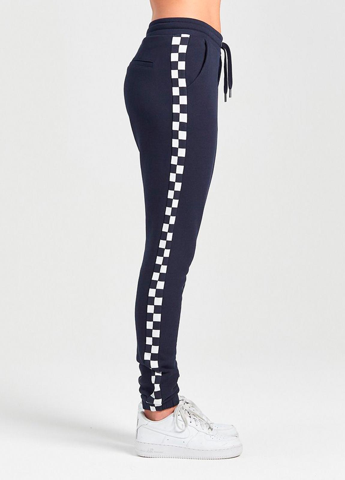 Pantalón jogging relaxed fit color negro con dibujo lateral geométrico. 80% Algodón 20% Poliéster.