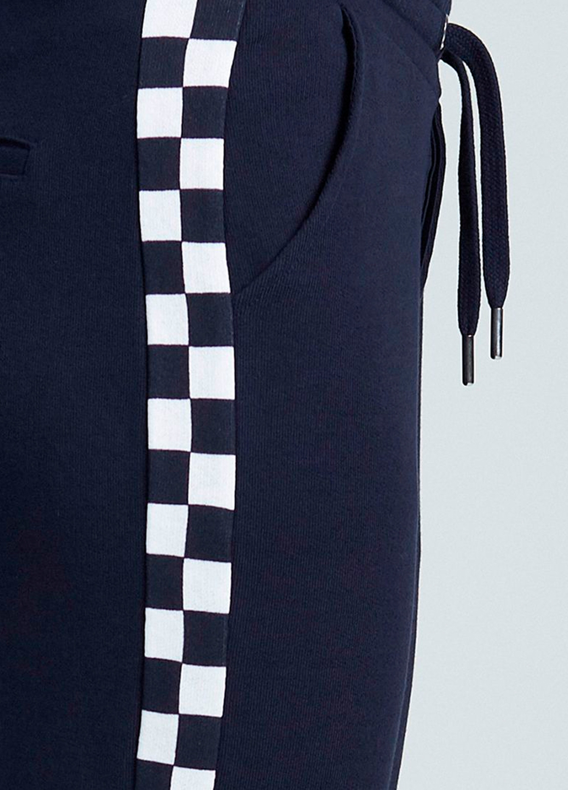 Pantalón jogging relaxed fit color negro con dibujo lateral geométrico. 80% Algodón 20% Poliéster. - Ítem2