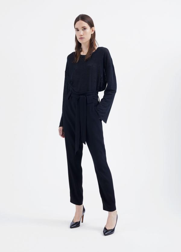 Pantalón woman de talle alto color negro y lazada en cintura. 73% Acetato 27% Viscosa.