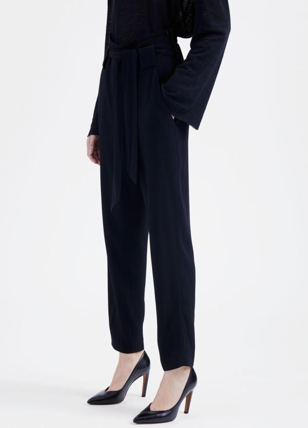 Pantalón woman de talle alto color negro y lazada en cintura. 73% Acetato 27% Viscosa. - Ítem4